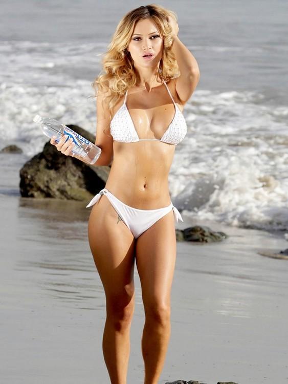 Stunning Ela Rose expose her Curves in Tiny Bikini In Malibu
