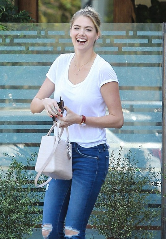 Kate Upton highlights her natural beauty in denims