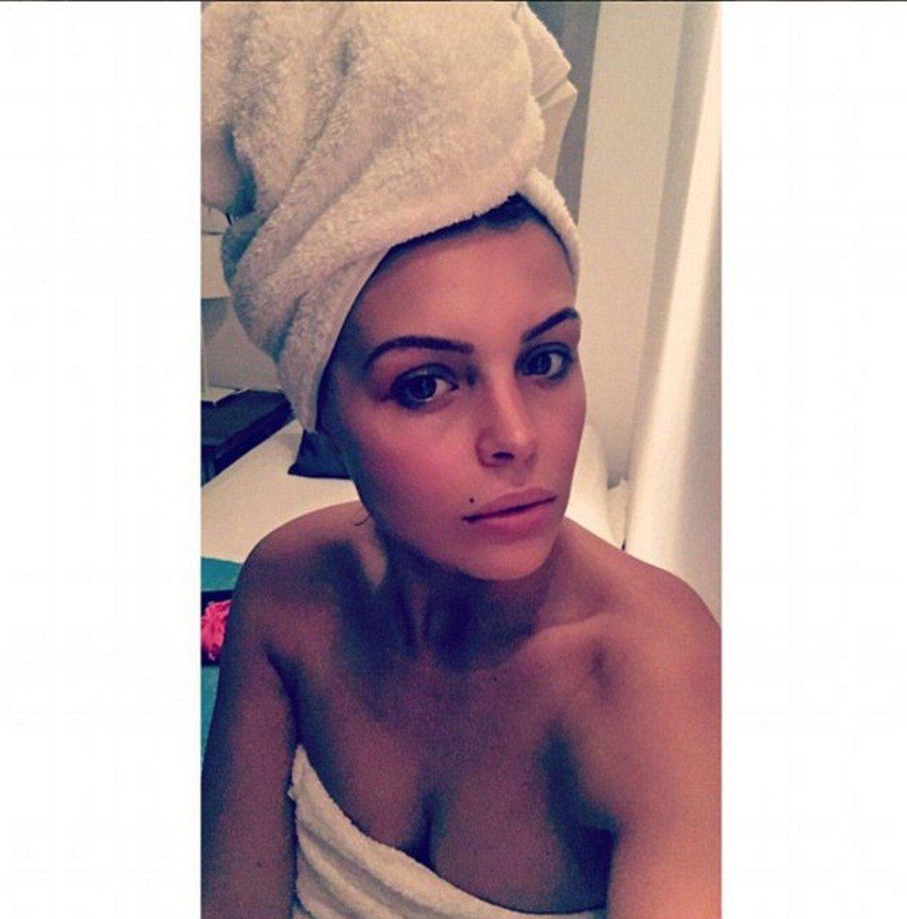 Chloe Lewis selfie pictures